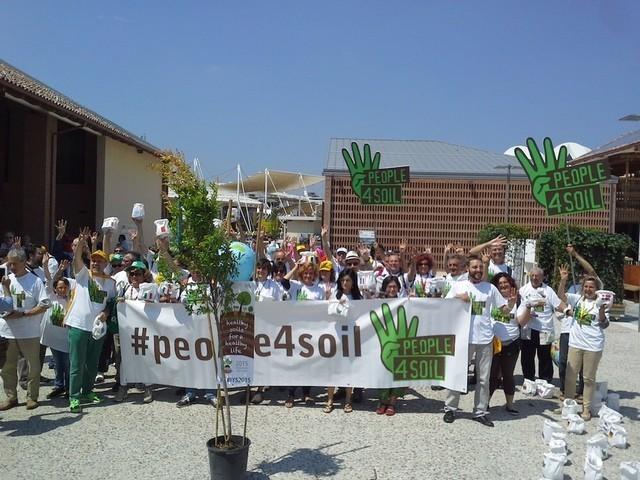 Manifestazione all'Expo contro il consumo di suolo