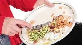 foto di cibo buttato in spazzatura