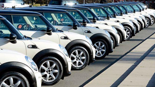 immagine fila macchine parcheggiate per car sharing