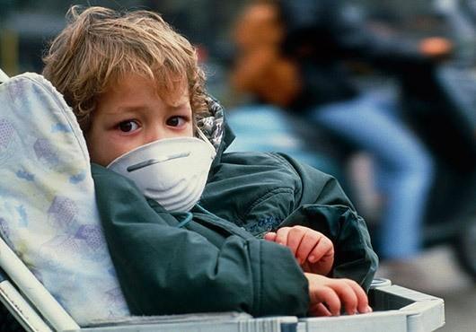 foto di bambino con mascherina