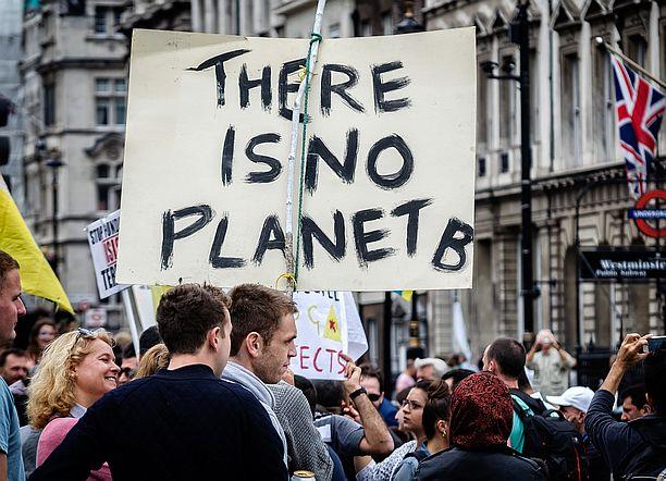 """foto che mostra manifestanti """"a difesa del clima"""""""