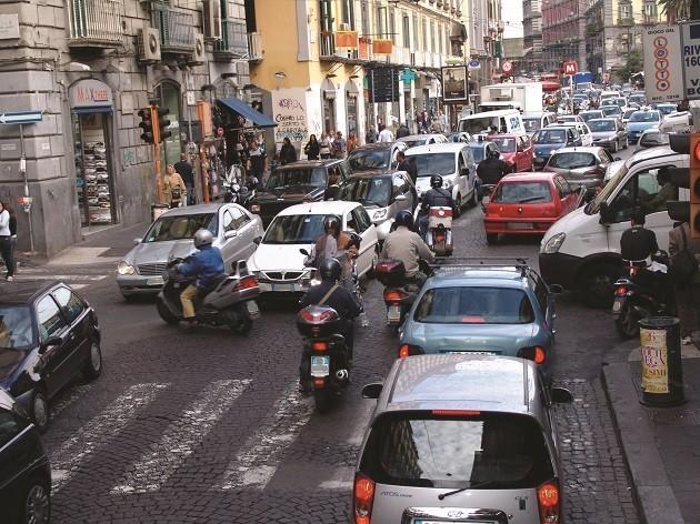 foto di una strada trafficata