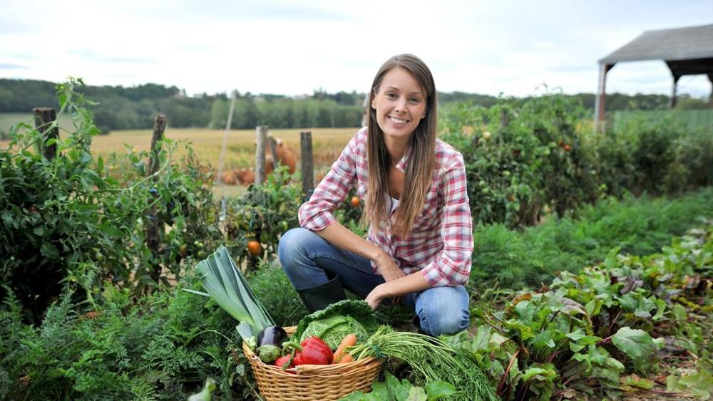 primo piano di una giovane contadina