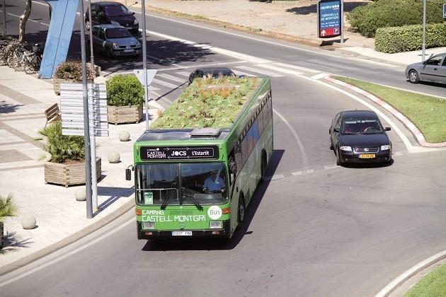 Un'immagine di un autobus spagnolo con giardino pensile sul tetto