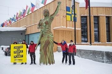 foto della Statua della giustizia portata da Greenpeace a Davos