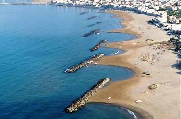 """immagine dall'alto di un tratto di costa """"mangiato"""" dall'erosione"""