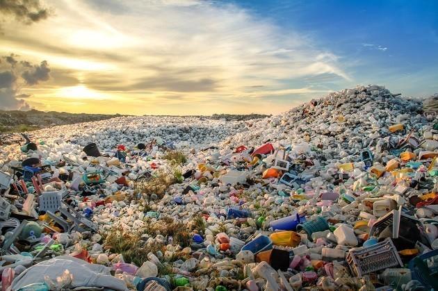 """Immagine di una """"montagna"""" di plastica"""