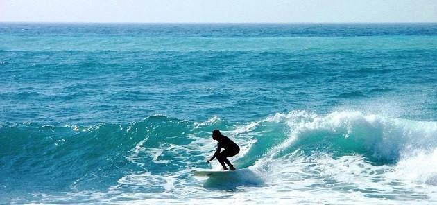 foto di un ragazzo che fa surf