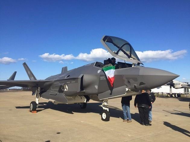 imagine di un F 35 con bandiera italiana