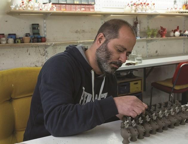 immagine di un artigiano al lavoro