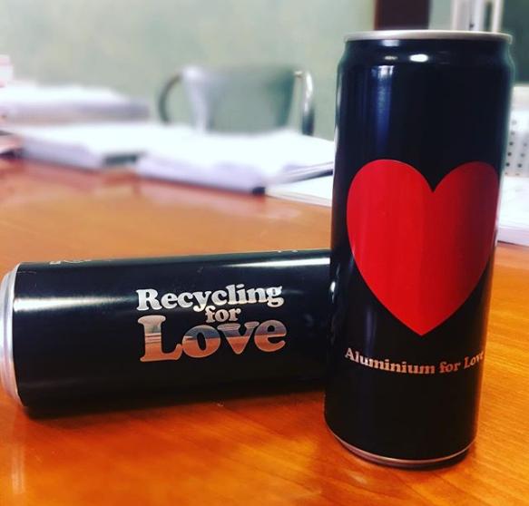 foto di lattine di alluminio recuperate e riciclate