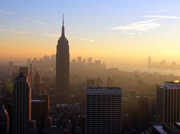 immagine di grattacieli di New York cinti dallo smog