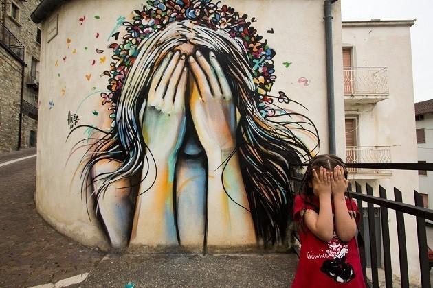 un'immagine del murales di Alice Pasquini a Civitacampomarano