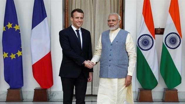 foto di Modi e Macron che si stringono la mano