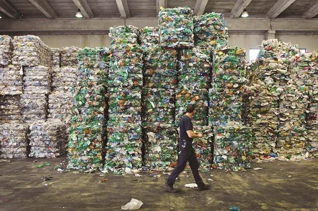 immagine di plastica da riciclare stoccata in un'azienda