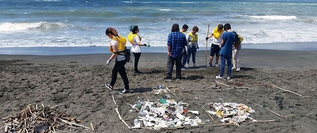 immagine di un gruppo di giovani volontari di Legambiente in spiaggia