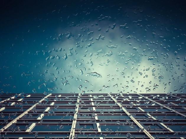 immagine di una cella fotovoltaica sotto la pioggia