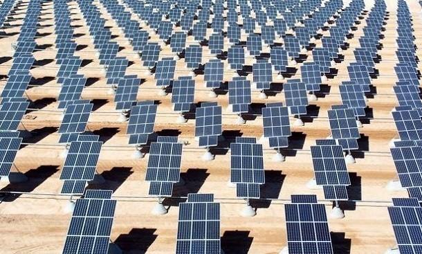 foto di una distesa di pannelli solari in Arabia Saudita