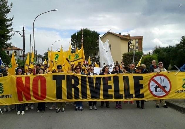 immagine di una manifestazione di Legambiente contro le estrazioni petrolifere