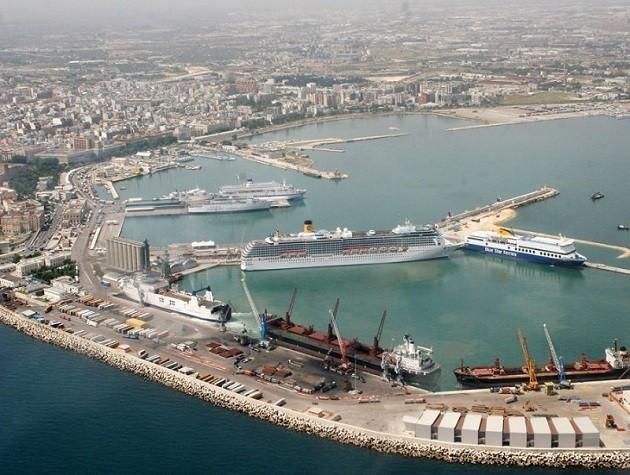 Un'immagine panoramica del porto Taranto