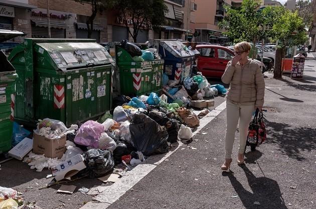 immagine di cassonetti stracolmi di rifiuti a Roma