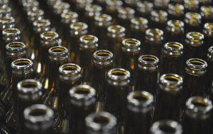 immagine di una serie di bottiglie in vetro