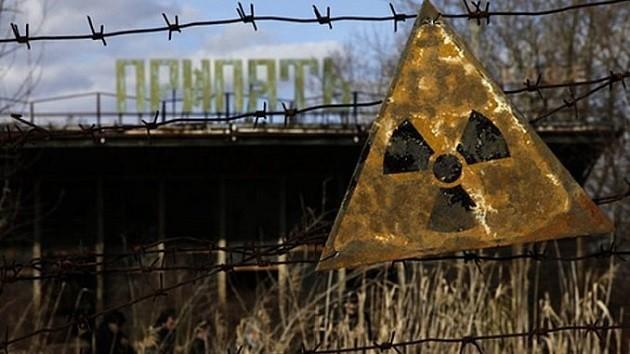 """immagine di un segnale """"pericolo radiazioni"""" vicino alla centrale di Chernobyl"""