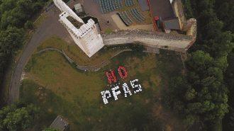 """immagine aerea della scritta """"No Pfas"""" fatta grazie a un flashmob"""