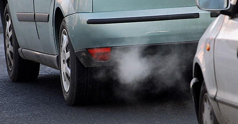 tubo scarico fumante di un autoveicolo
