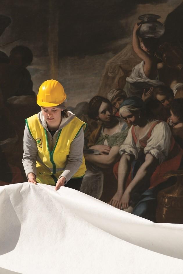 foto di volontari che mettono in sicurezza il patrimonio artistico dopo il terremoto nel Centro Italia