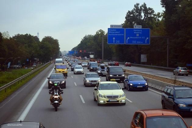 immagine di una super strada tedesca con traffico di auto
