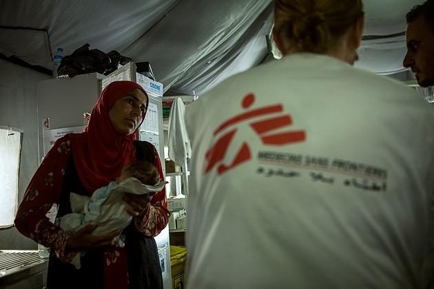 Immagine di una donna con figlio affetto da malnutrizione a Mosul