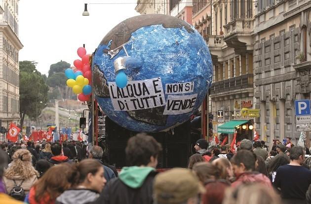 foto di un corteo per il referendum sull'acqua