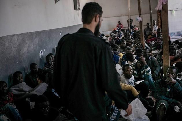 foto di un centro di detenzione per migranti a Tripoli