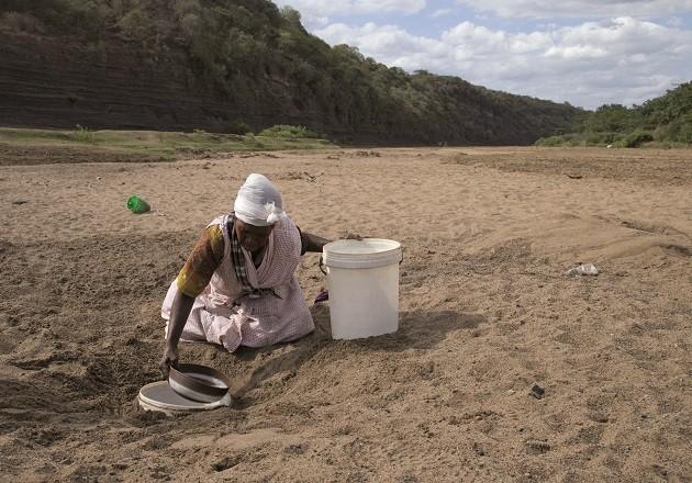 foto di una donna africana che cerca l'acqua
