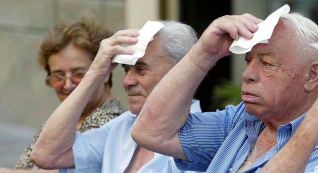 foto di tre persone anziane che si asciugano il sudore per il caldo