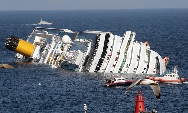 immagine della Concordia nelle acque dell'isola del Giglio