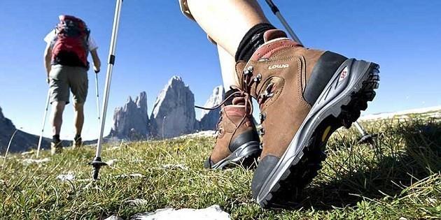dettaglio di un paio di scarpe da trekking di un escursionista al cammino