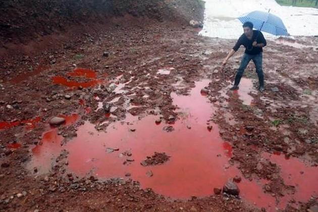 immagine di un terreno in Cina fortemente inquinato dalle estrazioni minerarie