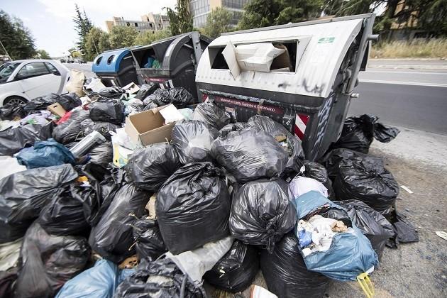 immagine di un cassonetto stracolmo di rifiuti a Roma