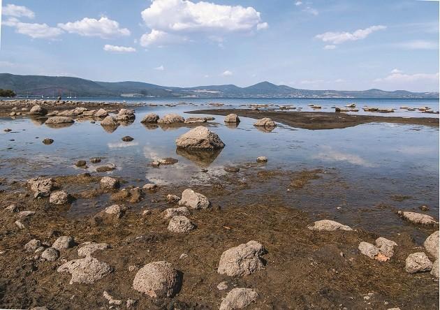 """Foto del lago di Bracciano """"a secco"""""""