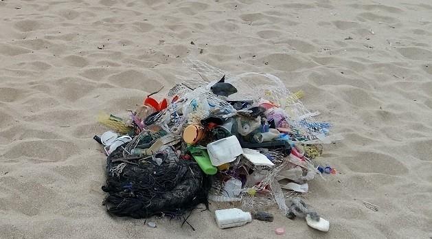 foto di Rifiuti su una spiaggia Maruggio (Ta)