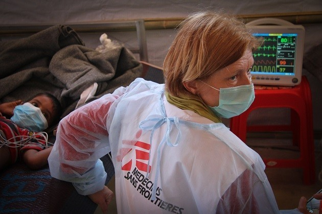 immagine di un'ostetrica di Msf al lavoro