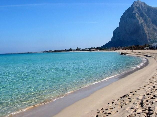 immagina di una spiaggia sull'isola di Ustica