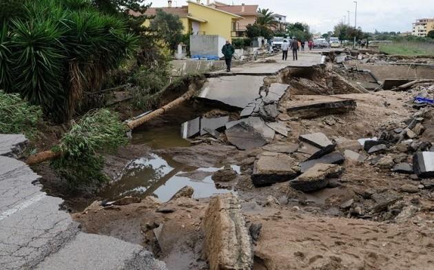 """immagine di una strada """"sfaldata"""" dall'alluvione del 2013 in Sardegna"""