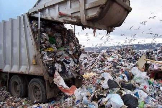 immagine di un camion che scarica rifiuti