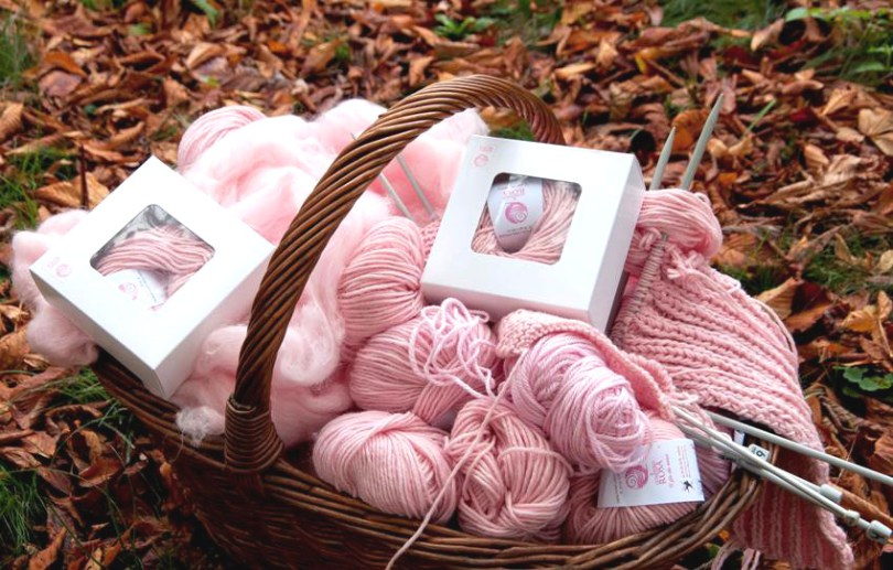 immagine di gomitoli rosa in una cesta