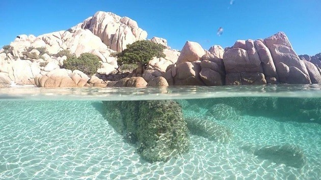 immagine del litorale di Chia visto dal mare
