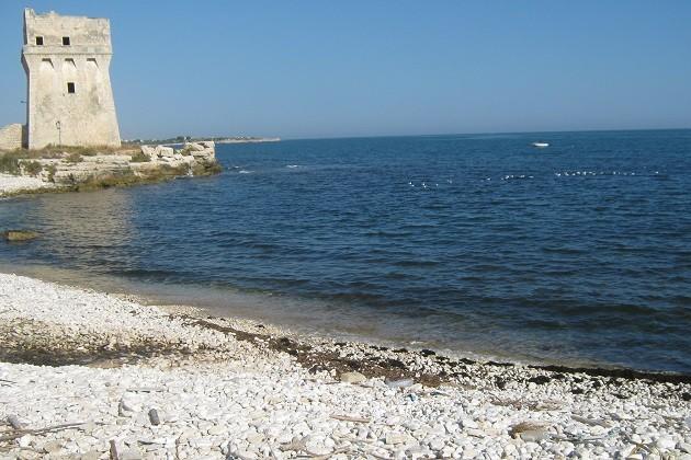foto della Torre Calderina sul litorale di Molfetta