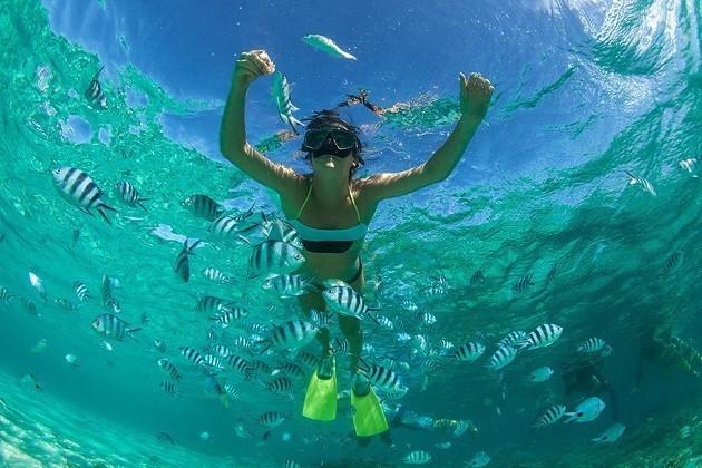 immagine di una ragazza che fa snorkeling